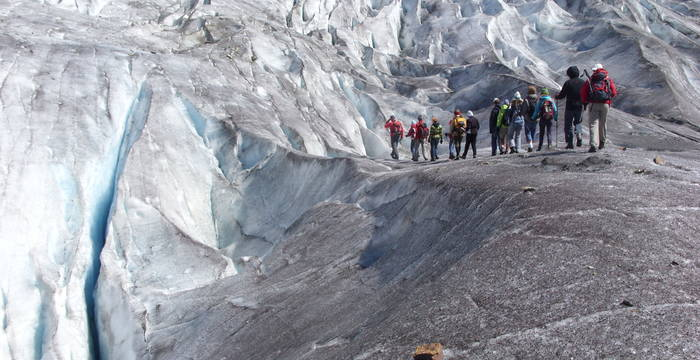 Groupe en excursion sur le glacier © Pro Natura Zentrum Aletsch